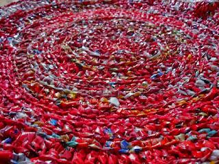 Alfombras Tejidas con Bolsas Recicladas de Plastico