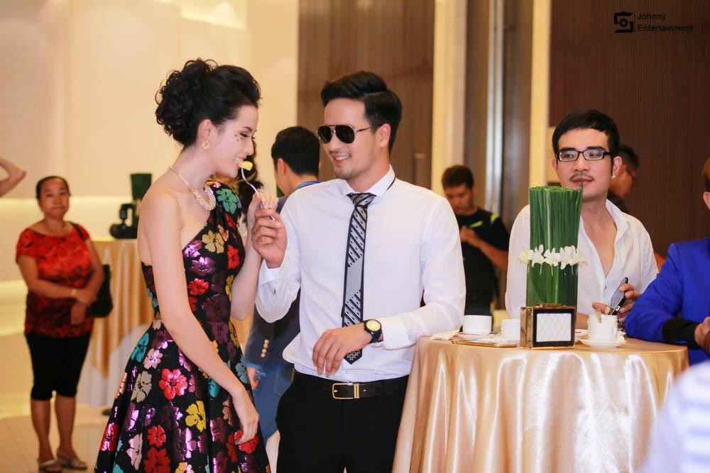 Đoàn Thanh Tài ân cần chăm sóc Phan Thị Mơ tại họp báo
