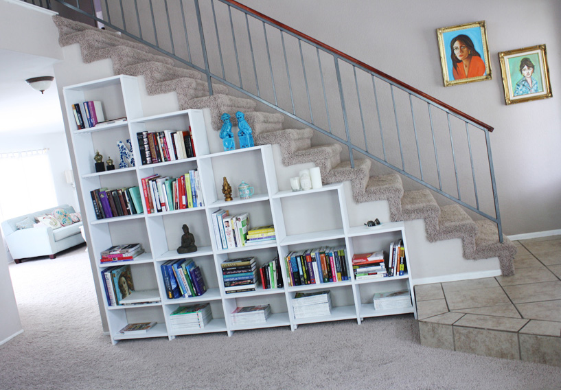 Ahorra espacio coloca tu biblioteca bajo la escalera - Escalera para biblioteca ...