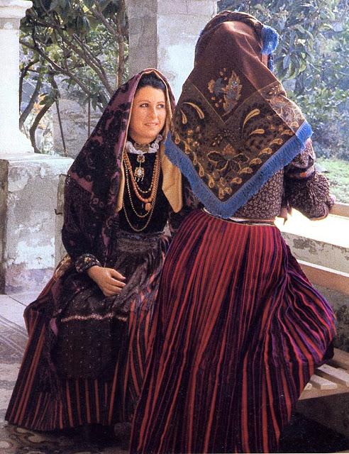 Folkcostume embroidery overview of sardinian costume for Due esse arredamenti settimo san pietro