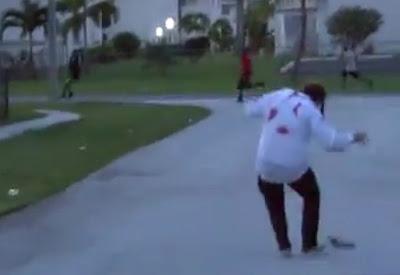 hombre se hace el zombi canival y asusta a la gente