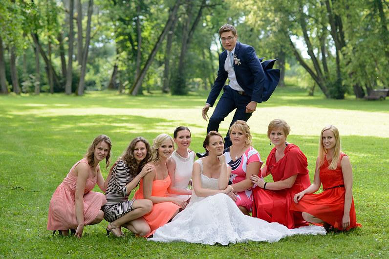 linksma vestuvinė fotografija su pamergėmis