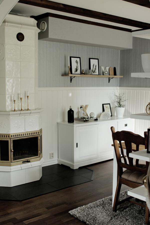 inredning i svart, vitt och trärent, matsal inredning, vit skänk med stilleben, stilleben på skänk, inredning och inspiration, vit kakelugn, tavlor i svart och vitt, tips