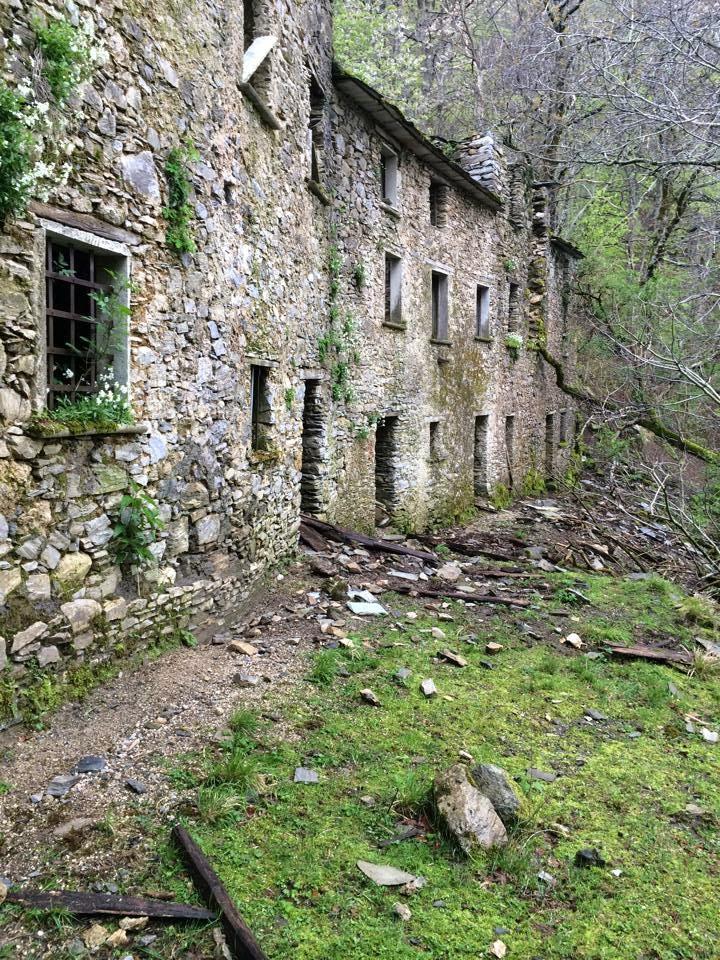 La nostra storia il paese fantasma di col di favilla la for Case abbandonate italia