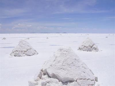 Montones de sal en el Salar de Uyuni
