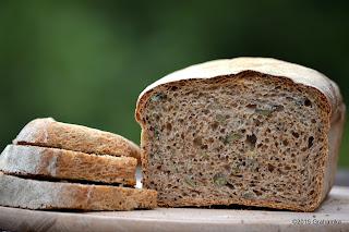 Chleb i trzy kromki na zielonym tle