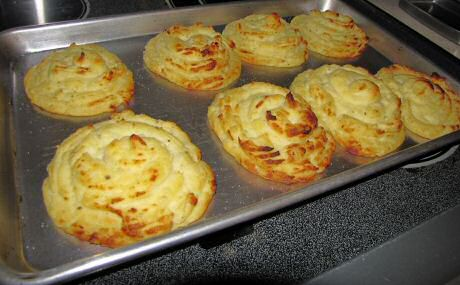 Lekkere maar ingezakte pommes duchesse aardappelen van te vochtige aardappelpuree