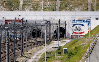 http://www.telegraph.co.uk/news/uknews/immigration/11909137/Eurotunnel-services-suspended-as-migrants-storm-tunnel.html