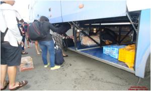 Xe Thuận Tiến đã tới bến, hành khách lấy đồ