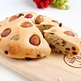 Grape and Raisin Flat-bread | Roxanashomebaking.com