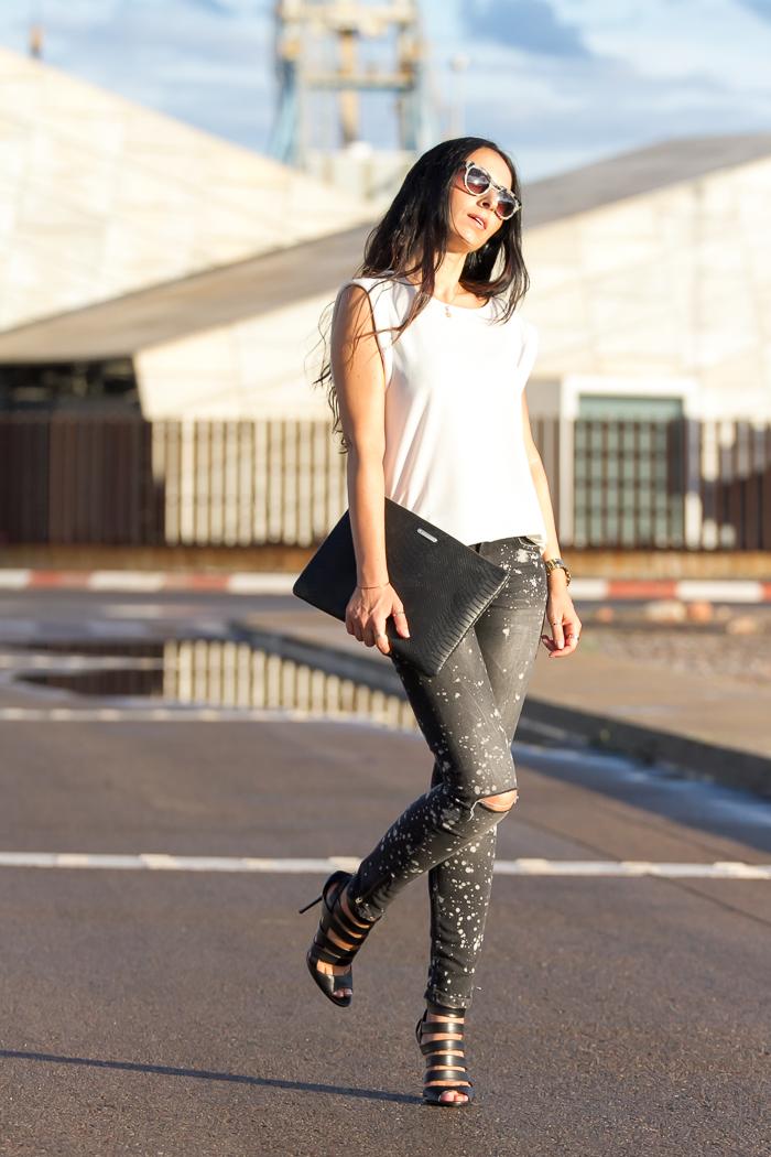 Outfit con sandalias Jimmy Choo jeans de Zara top de Mango nueva coleccion