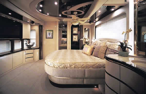 Mercedes a luxury house inside a bus the fun learning for Fancy houses inside