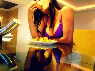 Poonam Pandey Spotted Eating Pizza in Bikini 3