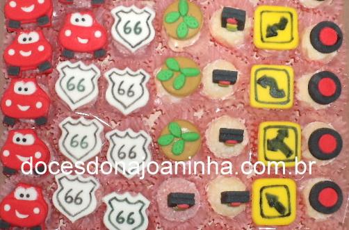 Docinhos decorados Carros: mcqueen, placas de sinalização, pneus, rodas, farol