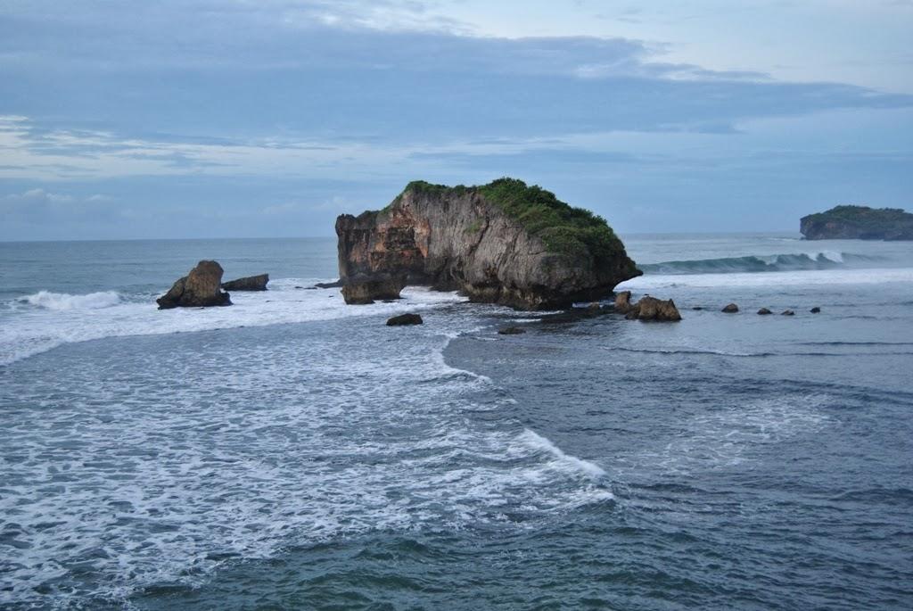 Batu karang di Pantai Sundak