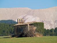 L'ermita de Santa Magdalena de Bell-lloc i el runam salí del Cogulló, al bell mig del Pla de Bages.
