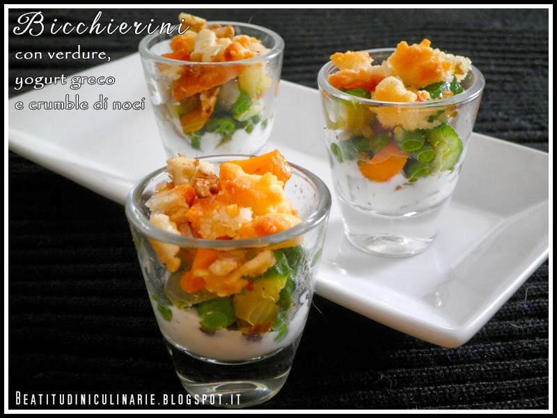bicchierini con verdure croccanti, yogurt greco e crumble di noci
