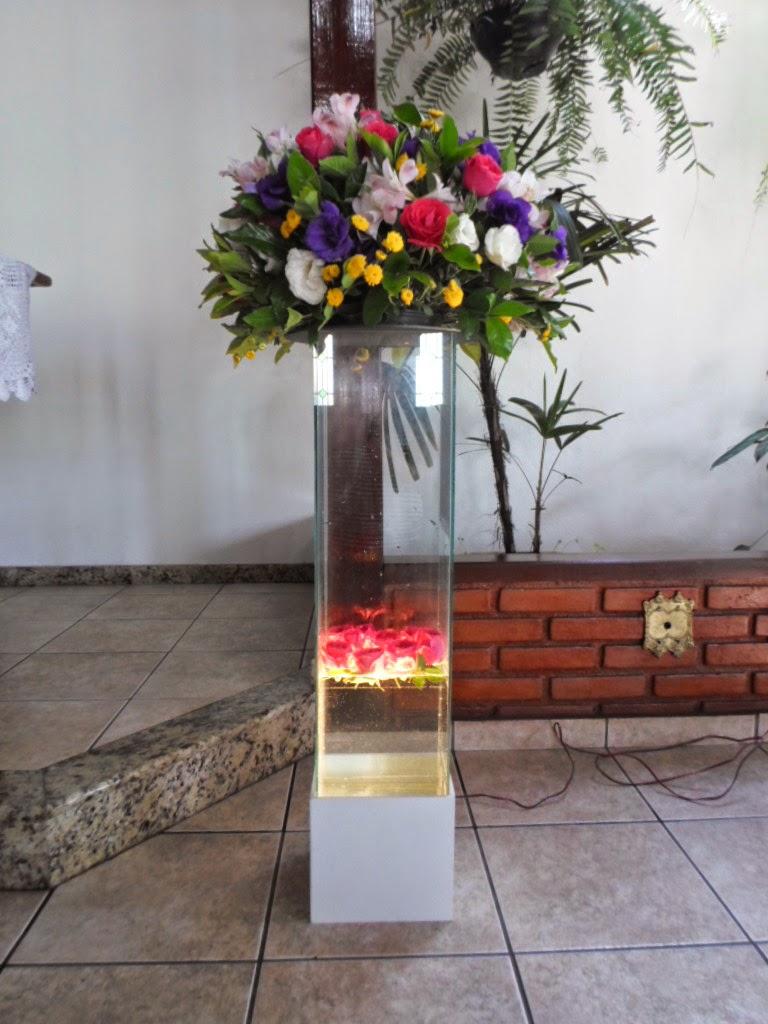 Coluna iluminada com rosas flutuando