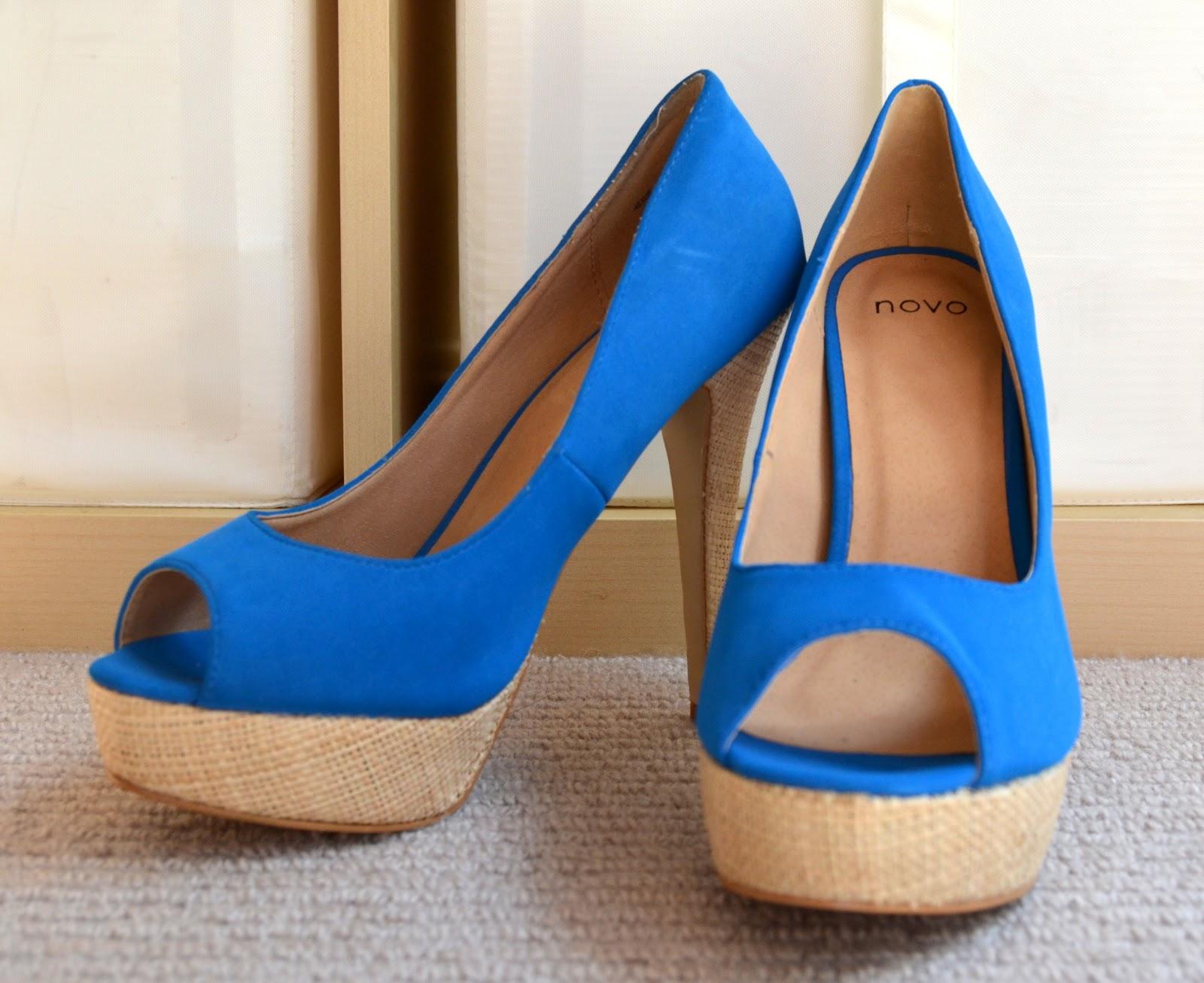 Rakastan sinistä ja noihinkin kenkiin ihastuin välittömästi. Lisäksi olin  juuri samalla reissulla ostanut silkkimekon 0dc1474561