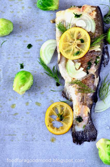 W tygodniu czasem ciężko znaleźć siły i czas na gotowanie. Co zatem zrobić, żeby jednocześnie było smacznie i szybko? Odpowiedź jest prosta - pstrąga z patelni! Świeża ryba zamarynowana z koperkiem, natką pietruszki i czosnkiem, smażona na odrobinie klarowanego masła jest przepyszna! Przekonajcie się tym sami. Zapraszam na ucztę w środku tygodnia :)