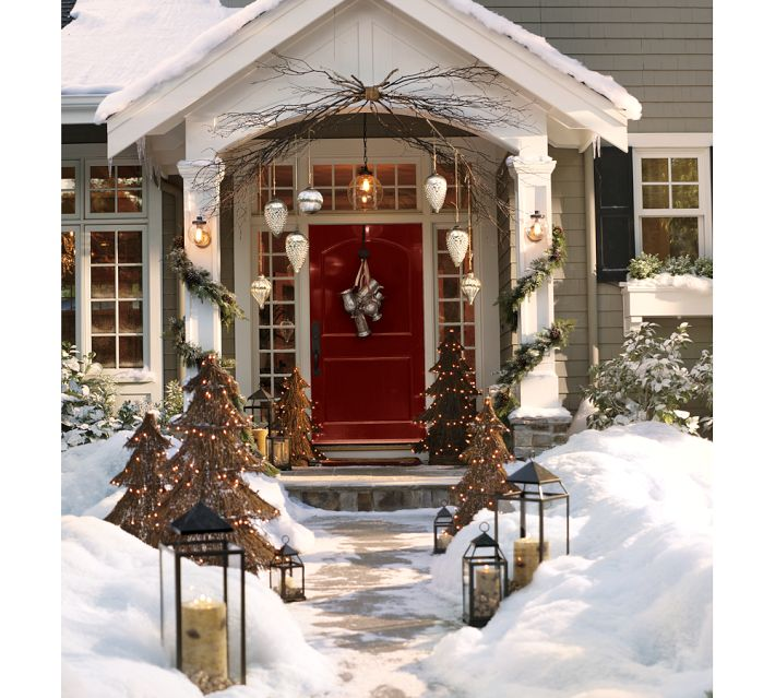 Down to earth style rustic christmas porch for Christmas house decoration ideas outdoor