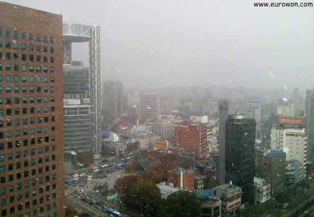 Nevando sobre el campanario Bosingak de Seúl