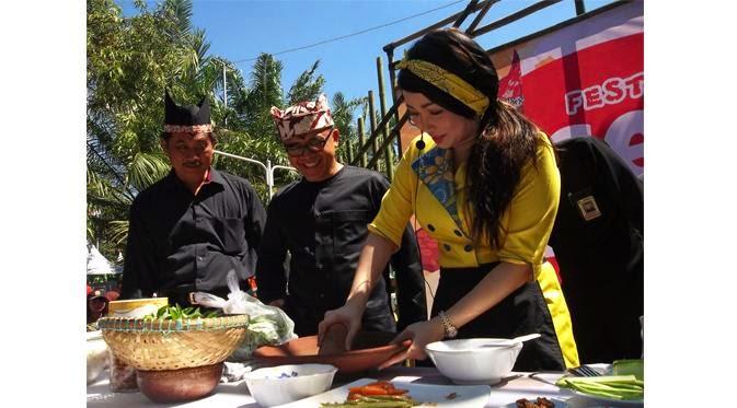 Chef Marinka menjadi bintang tamu dan juri dalam festival kuliner Sego Tempong di Banyuwangi 2015.