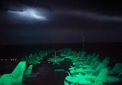 ovni emite rayos en una tormenta en eeuu