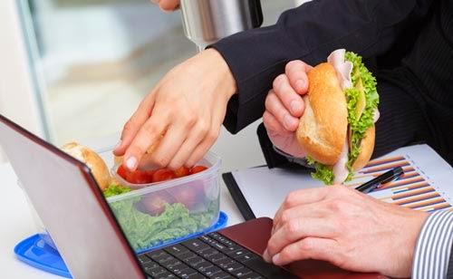 efek-buruk-makan-di-meja-kerja