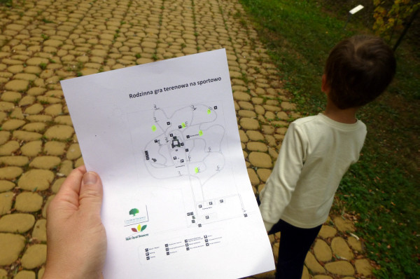 Rodzinna gra terenowa z mapą na sportowo