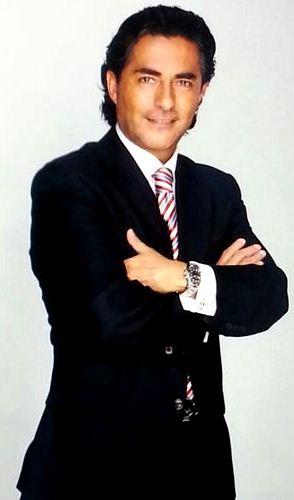 Raúl Araiza muy elegante con terno