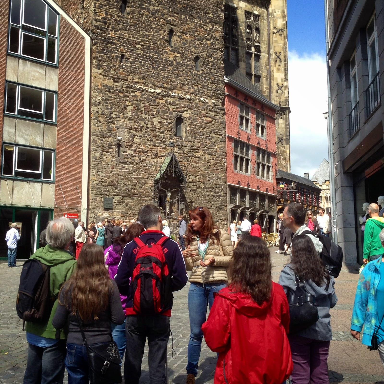 Fotografia em Aachen, com a guia, ao pé do Palacio de Carlos Magno, que hoje em dia é o edificio da Camara!