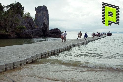 Pontoon entre la playa y el mar de las traducciones