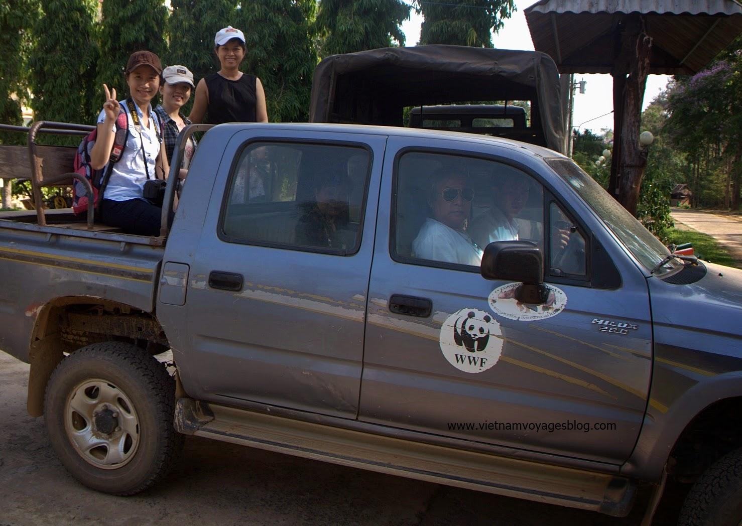 Đoàn chúng tôi tham quan rừng bằng xe chuyên dụng