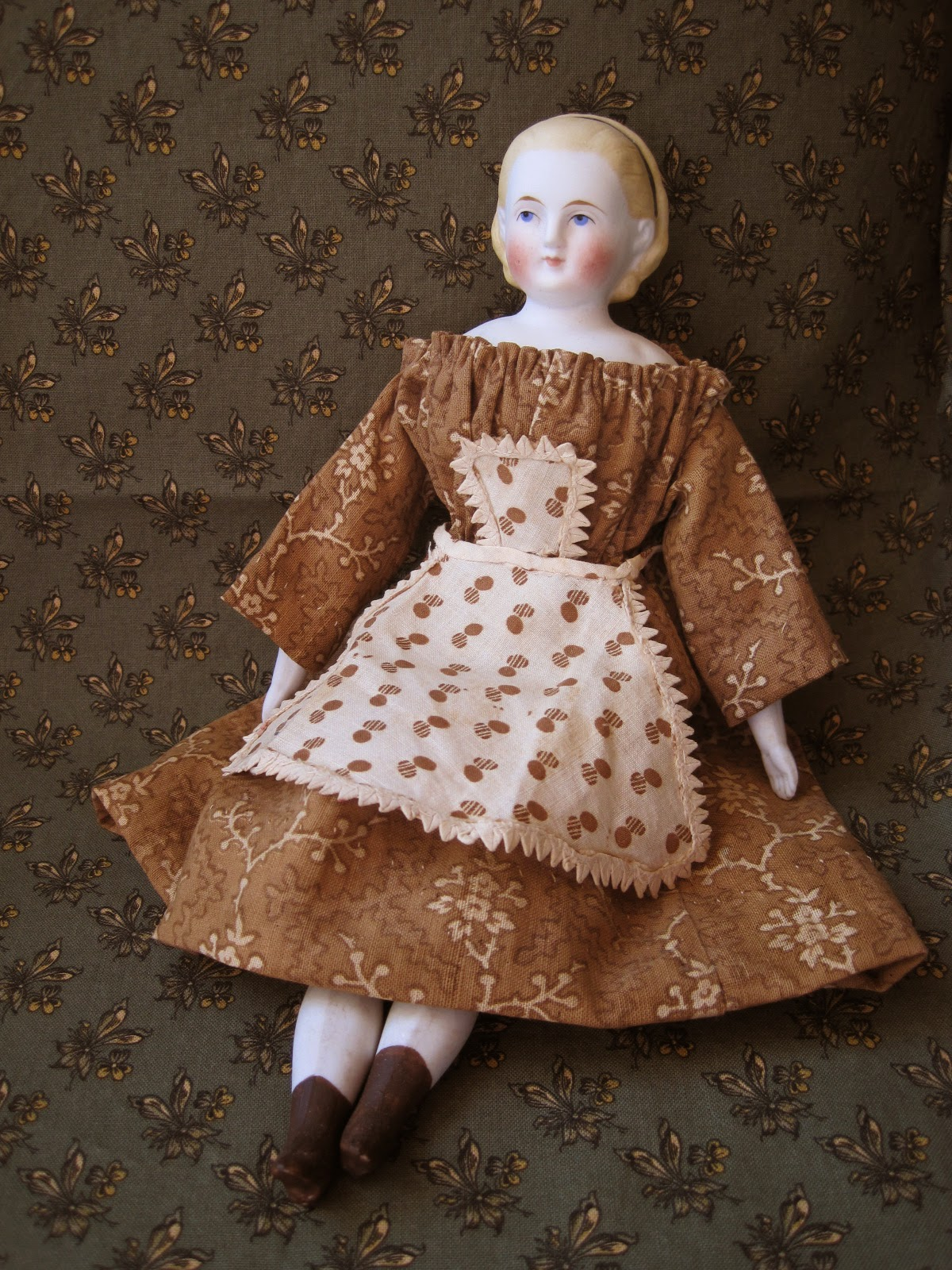 My Red Cape: Antique Doll Apron Pattern.