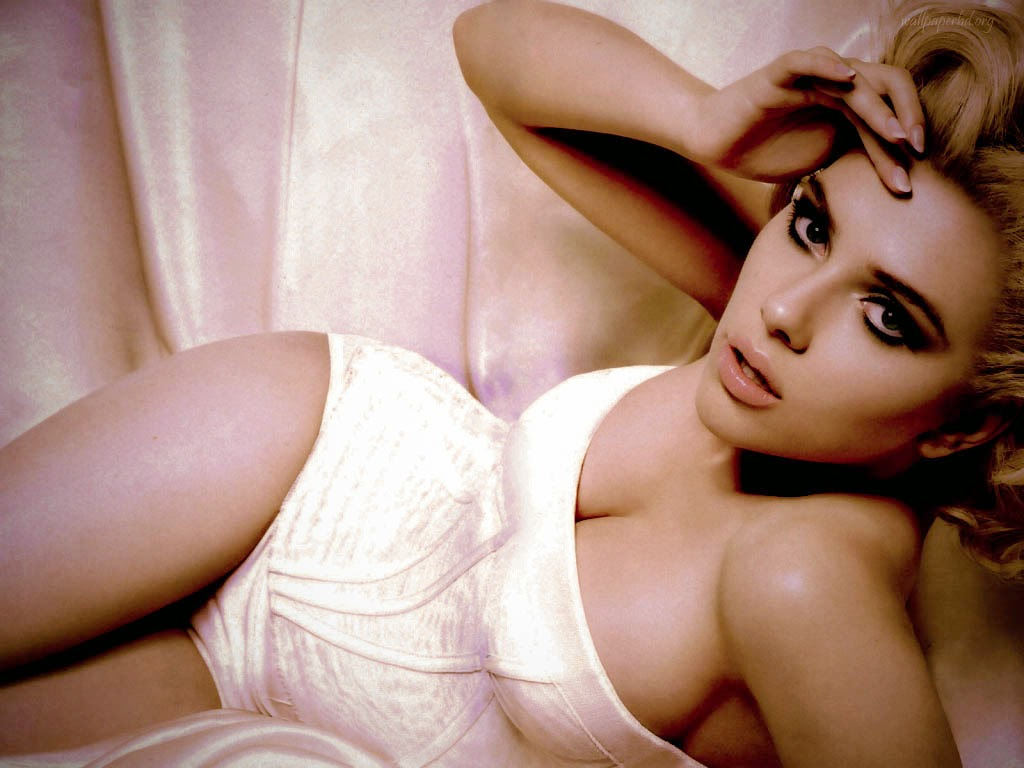 Johansson leaked nudes Scarlett bed