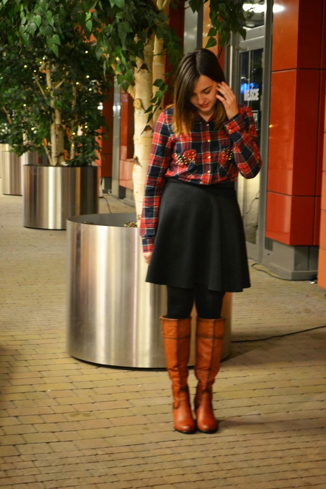 pikowana spódnica, koszula w kratę, carmelowe kozaki