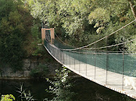 El pont penjant del Molí de la Riera sobre el riu Ges
