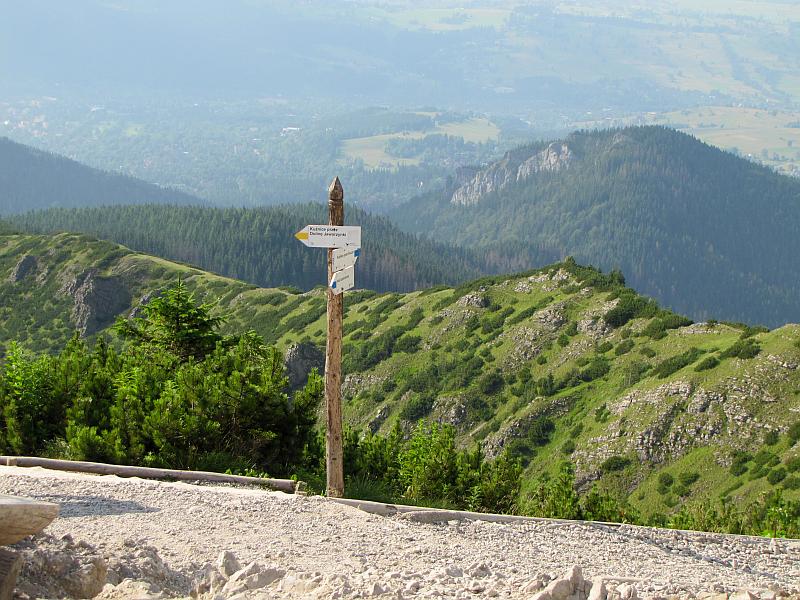 Rozstaj na Przełęczy między Kopami, zwanej Karczmiskiem (1499 m n.p.m.).
