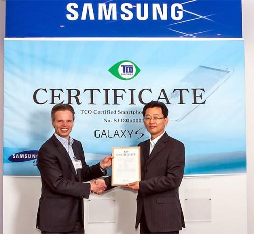 Il top di gamma di Samsung, Galaxy S IV è il primo smartphone al mondo ad aver ottenuto la certificazione internazionale TCO per essere eco sostenibile, e socialmente ed economicamente ad impatto positivo