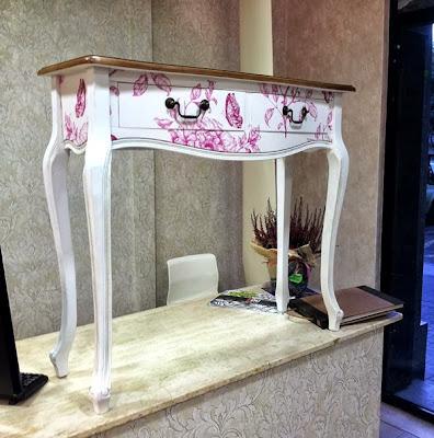 Papel pintado empapelar un mueble con papel pintado for Muebles de mimbre pintados