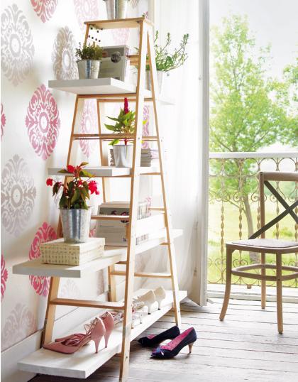 Escaleras usadas como estantes repisas y libreros for Escalera madera decoracion