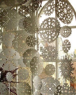 Selbermachen: Sterne als Eiskristalle aus einfachem Papier