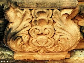 Escultura em forma de flor em colunas da redução San Ignacio Mini.