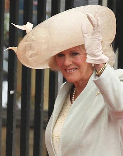 Камила с шапка с огромна периферия на сватбата на Кейт и Уилям