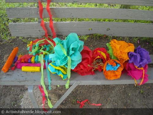 Flori de hârtie creponată reciclate de la un brad de nuntă