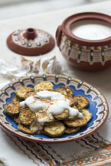 Пържени тиквички с кисело мляко и чесън