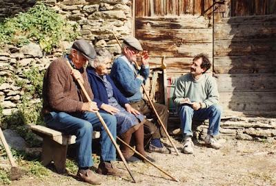 Pep Coll recollint llegendes per les valls pirinenques l'any 1991