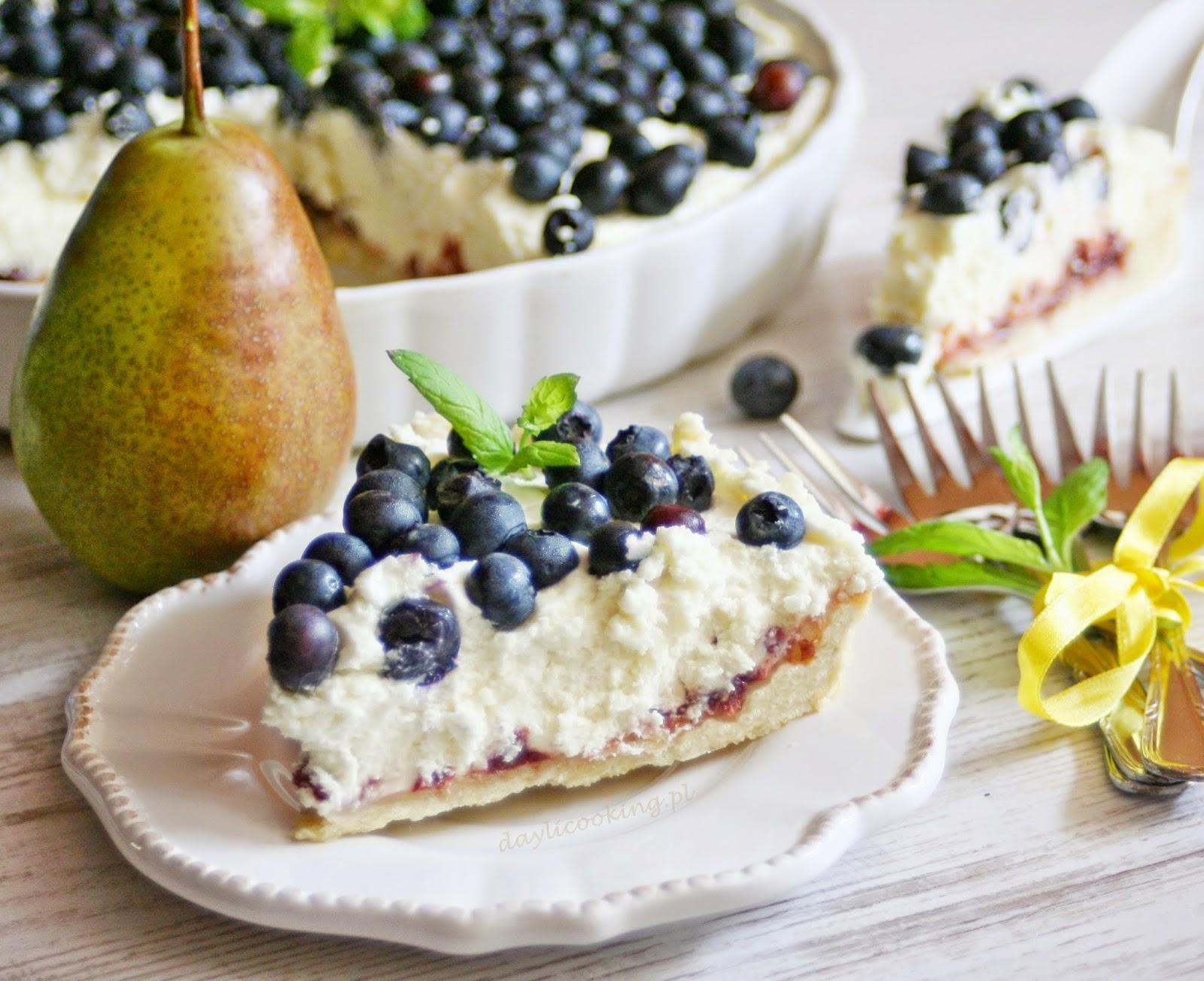 Tarta z kremem z białej czekolady, konfiturą gruszkowo-borówkową i świeżymi borówkami