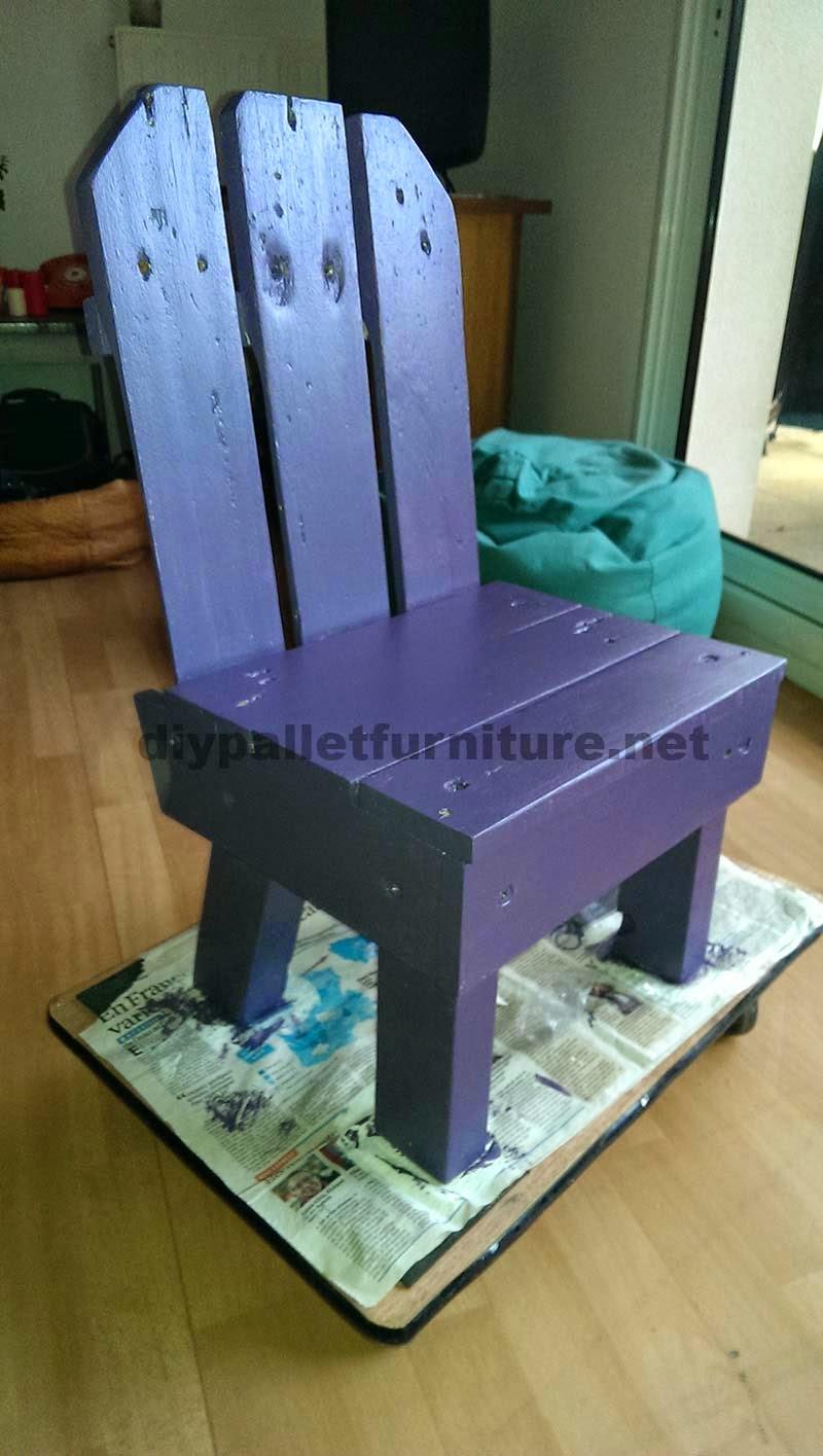 Peque a silla para ni os hecha con palets - Sillas hechas con palets ...